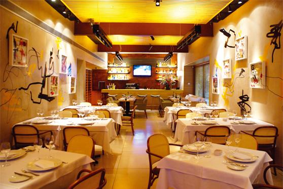 Salão e bar ao fundo