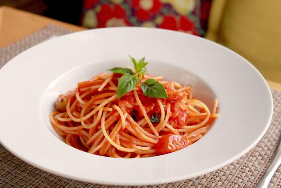 Massa sem glúten ao molho de tomate e manjericão